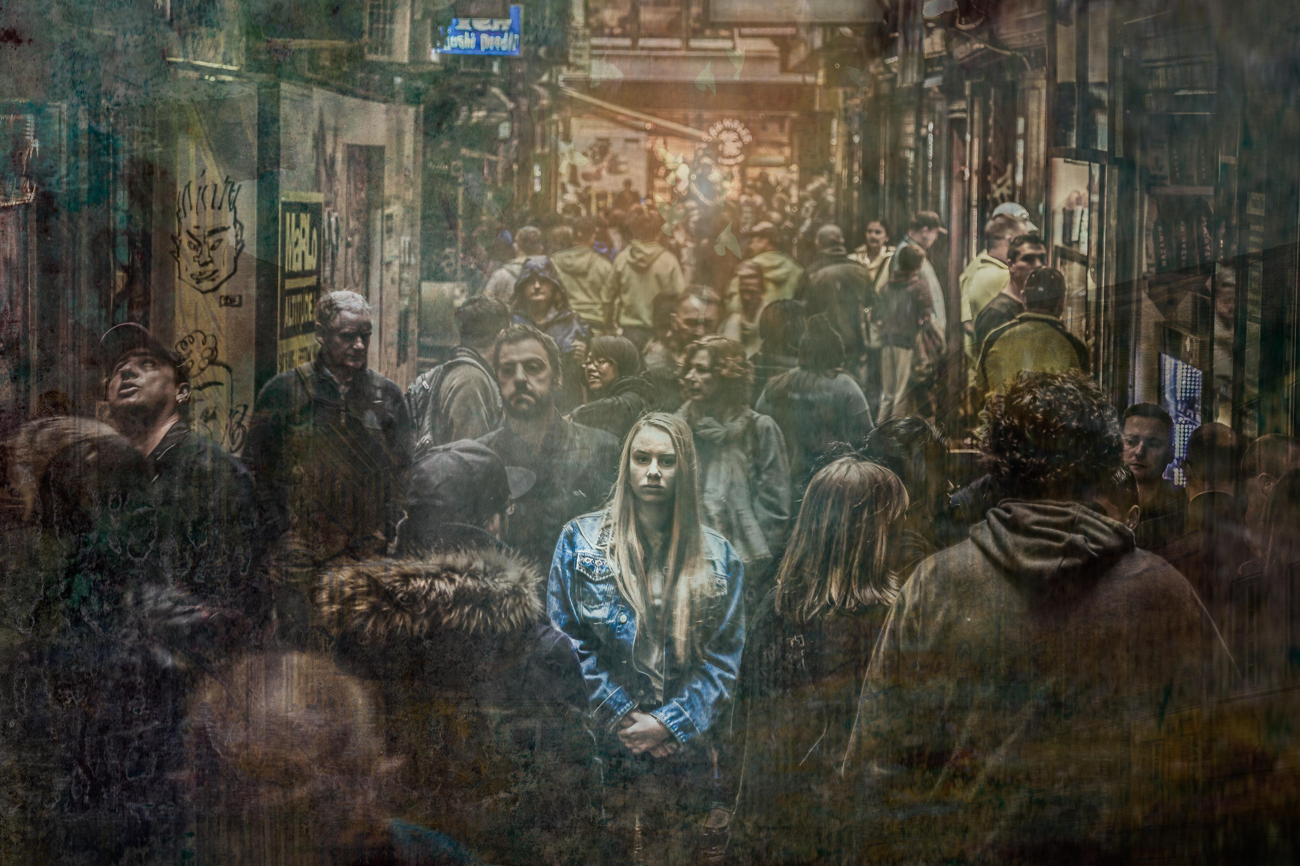 Omringd door anderen, maar toch eenzaam – CC Pixabay